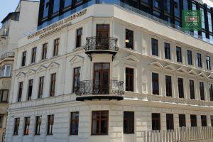 Lucrare reprezentativa - ferestre din tamplarie de lemn stratificat la Complexul Educational Laude-Reut Bucuresti